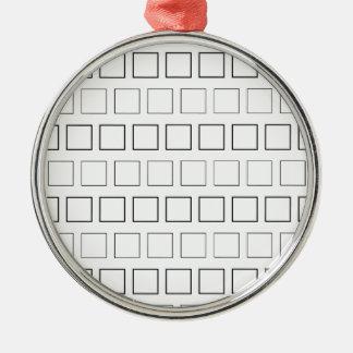 Quadratisches unbedeutendes Schwarzweiss-Muster Rundes Silberfarbenes Ornament