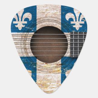 Quebec-Flagge auf alter Akustikgitarre Plektrum