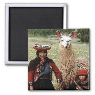 Quechua Frau mit dem zwei Lama-Foto Quadratischer Magnet
