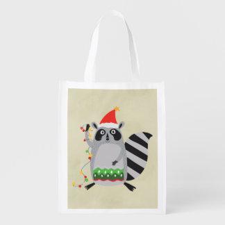 Raccoon in der Weihnachtsmannmütze verwirrt oben Wiederverwendbare Einkaufstasche