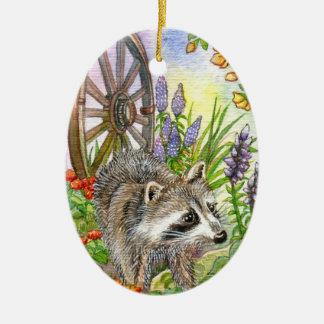Racoon durch Blumen-Garten Keramik Ornament