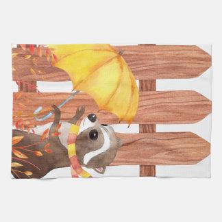 Racoon mit Regenschirm gehend durch Zaun Handtuch