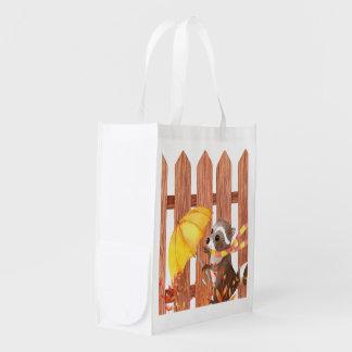 Racoon mit Regenschirm gehend durch Zaun Wiederverwendbare Einkaufstasche