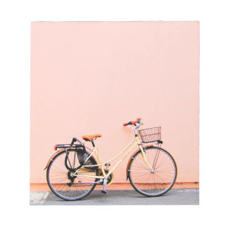 Rad des Pastellrosa-Fahrrad-Korb-Fahrrad-zwei Notizblock