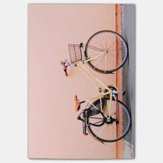 Rad des Pastellrosa-Fahrrad-Korb-Fahrrad-zwei Post-it Klebezettel
