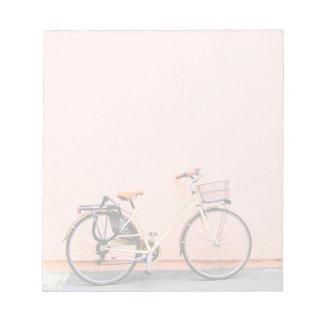 Rad des Pfirsich-Fahrrad-Korb-Fahrrad-zwei Notizblock