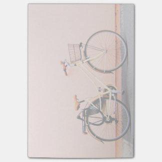 Rad des Pfirsich-Fahrrad-Korb-Fahrrad-zwei Post-it Klebezettel