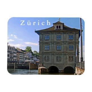 Rathaus von Zürich. Die Banken des Limmats Magnet
