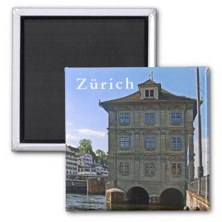 Rathaus von Zürich. Die Banken des Limmats Quadratischer Magnet