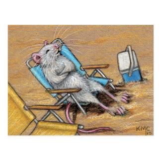 Ratte die auf Strand-Postkarte sich entspannt