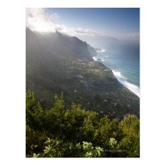 raue Küstenlinie der atlantischen Insel Madeira Postkarte