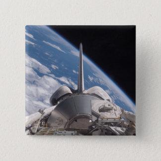 Raumfähre-Entdeckung backdropped durch Erde Quadratischer Button 5,1 Cm