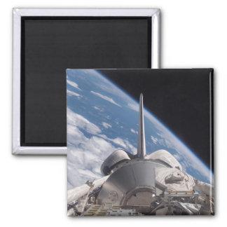 Raumfähre-Entdeckung backdropped durch Erde Quadratischer Magnet
