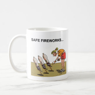 Rechte Cartoon-Tasse der sicheren Feuerwerke Kaffeetasse