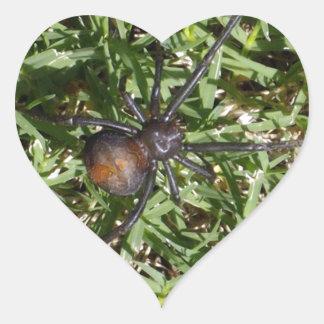 Redback-Spinne auf grünem Gras, Herz-Aufkleber