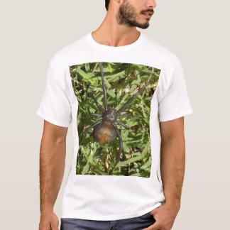 Redback-Spinne auf grünem Gras, T-Shirt