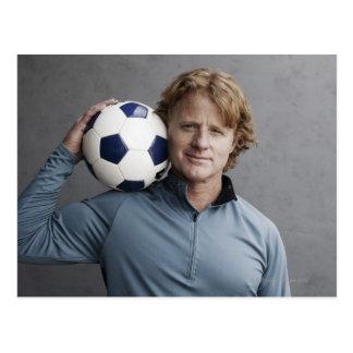 Redhead, der einen Fußball auf seiner Schulter Postkarte