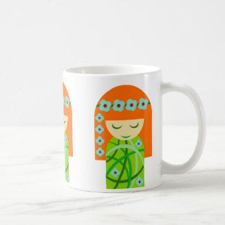 Redhead-Natur-Mädchen, das eine Blumen-Krone trägt Kaffeetasse