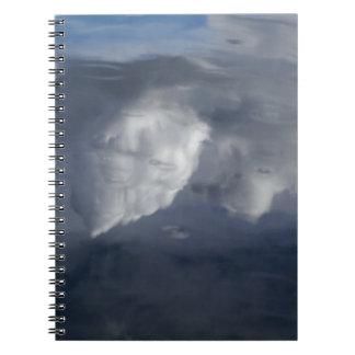 Reflexion der Wolken auf Wasser Spiral Notizblock