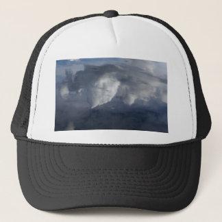 Reflexion der Wolken auf Wasser Truckerkappe