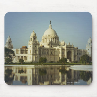 Reflexion eines Museums Mousepads