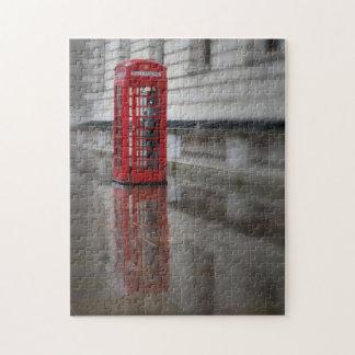 Reflexionen auf einem roten Telefon-Kasten - Puzzle