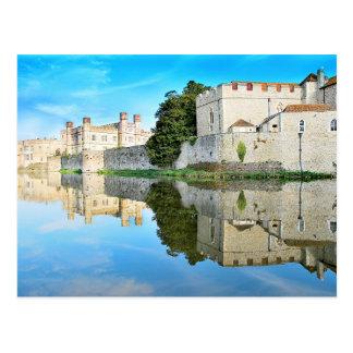 Reflexionen von einem majestätischen Schloss Postkarte