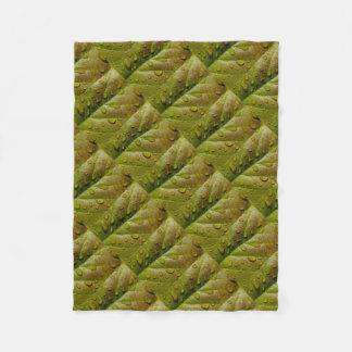 Regen-Tropfen auf einem Magnolien-Blatt Fleecedecke