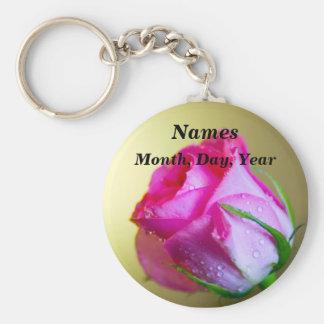 Regen-Tropfen-Küsse der Natur auf rosa Rose Standard Runder Schlüsselanhänger