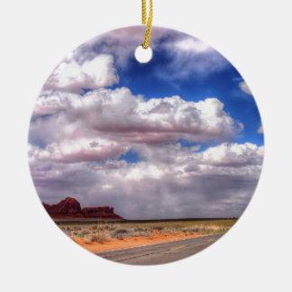 Regen-Wolken auf der Weise.  Monument-Tal, UT - AZ Rundes Keramik Ornament