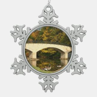 Regenbogen-Brücke im Fall an der Schneeflocken Zinn-Ornament