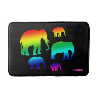 Regenbogen-Elefant-Familie mit drei Kälbern Badematten