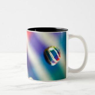 Regenbogen-gestreifte Blasen Zweifarbige Tasse