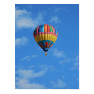 Regenbogen-Heißluft-Ballon-Fliegen im Himmel Postkarte