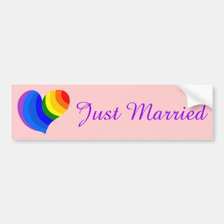 Regenbogen-Herz-Homosexuell-gerade verheirateter Autoaufkleber