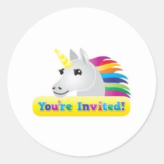 Regenbogen Unicorn-Party laden auf Blau ein, das Runder Aufkleber