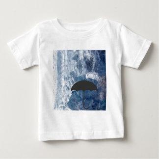 Regenschirm in der blauen Dusche Baby T-shirt