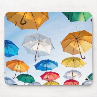 Regenschirme in der Himmel-Mausunterlage Mousepad