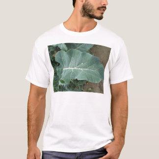 Regentropfen auf Blumenkohl-Blätter T-Shirt