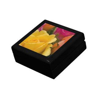 Regentropfen auf den gelb-orangeen und rosa Rosen Erinnerungskiste