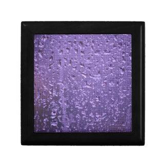 Regentropfen auf Fenster in Lila Erinnerungskiste