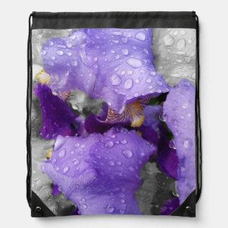 Regentropfen auf Iris Turnbeutel
