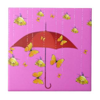 Regnen der gelben Rosen u. der Fliese