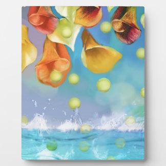 Regnen der Tennisbälle über dem Meer Fotoplatte