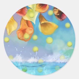 Regnen der Tennisbälle über dem Meer Runder Aufkleber