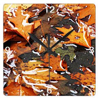 Regnerischer Herbstlaub Quadratische Wanduhr