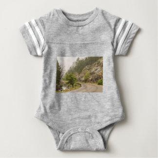 Regnerischer nebelhafter Boulder-Nebenfluss und Baby Strampler