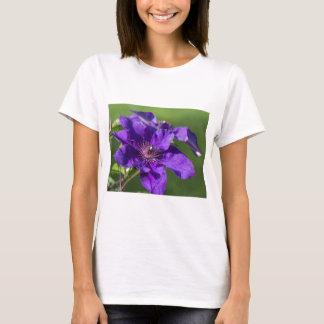 Reiches lila Clematis-Blüten-Makro T-Shirt