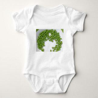 Reife grüne Erbsen auf einer Platte Baby Strampler