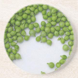 Reife grüne Erbsen auf einer Platte Getränkeuntersetzer